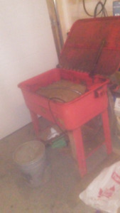 Parts wash bin with pail of varsol