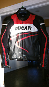 DUCATI PERFERATED LEATHER MOTORCYCLE JACKET*MINT*. Size 48.