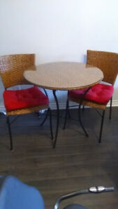 Table ronde 30 pouces fer forgé et 2 chaises