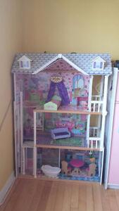 Maisonnette a Barbie en bois.