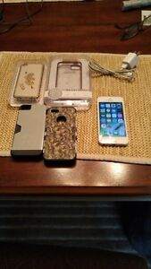 (ROGERS) 16GB SILVER APPLE IPHONE 5S INCLUDE CHARGER + 4 CASES