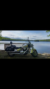 Suzuki intruder 1998 **bas millage**
