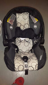 2016 graco infant car seat, brand new includes base