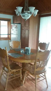 Solid oak dinning set and hutch