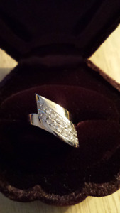 Bague or 10 kt avec 18 diamants comme neuve.