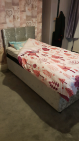 Single bed with hybrid mattress
