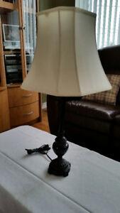Lampe sur table, pied de couleur noire