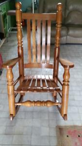 Chaise berceuse en bois-franc