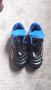 Boys soccer shoes size 6. Brand new