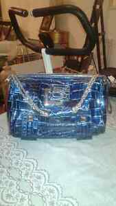 GUESS PURSE - LOW PRICE, BRAND NEW-LIKE, NO TAX Windsor Region Ontario image 1