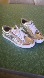 Guess girls chrome sneakers shoes size 6.5