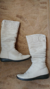 Women winter boots. White leather. Size 10. Price - $20