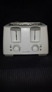 4 Slice BLACK & DECKER Toaster (White) in Excellent Condition