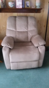 TAN / BEIGE FABRIC RECLINER...ELECTRIC, PICK UP TODAY FOR 275.00