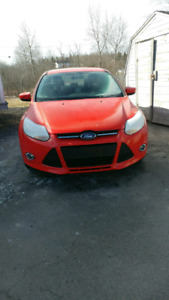 2012 ford focus SEL.  LOW KMS