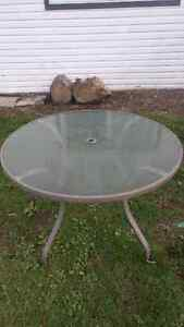 Table de patio ronde 42 po a vendre