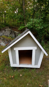 """""""Crooked"""" insulated doghouse, Niche à chien """"croche"""""""