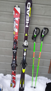 Skis Atomic junior et bâtons de ski Scott