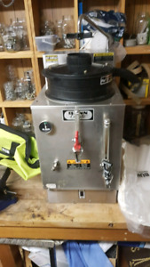 Bunn coffee maker and hot water urn