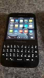 Blackberry q5 excellent condition locked to ROGERS