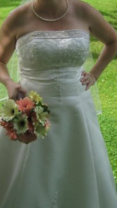 $400 Alfred sung wedding gown