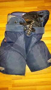 youth hockey pants (medium)