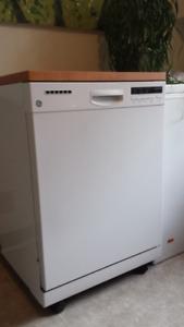 """Lave-vaisselle portatif GE 24"""" en parfaite état, 2 ans"""