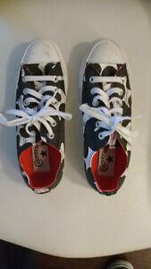 Converse low cut shoes.