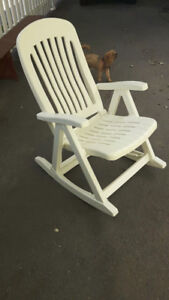 Chaise berçante pliante en résine blanche
