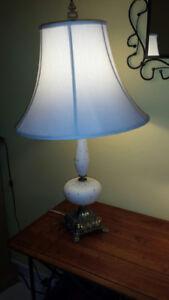 Lampe avec base en laiton.