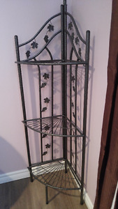 CORNER METAL BAKERS RACK.