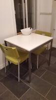 Table de cuisine (blanche/métal et carrée) + 2 chaises vertes