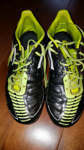 Size 7.5 men's soccer cleats Adidas f10.