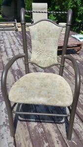 4 chaises en métal fini martelé couleur bronze (avec tapisserie)
