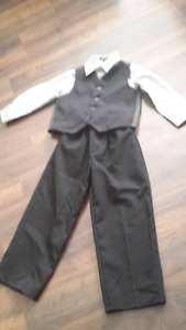 Boys size  3 to 4 T  suit (clean &smoke free )