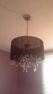 Chandelier au plafond en parfait état