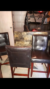 Bar table and chairs in very good condition