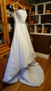 **BEAUTIFUL WEDDING GOWN**