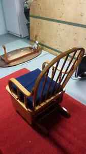 Beautiful solid maple rocker with foot stool Cambridge Kitchener Area image 3