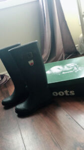 Roots snowboot almost new one