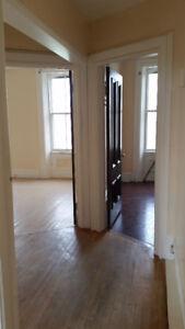 Uptown 2 Bedroom + Den, CAT friendly, Offstreet Parking