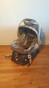 BABY TREND CAR SEAT / SIÈGE D'AUTO / COQUILLE
