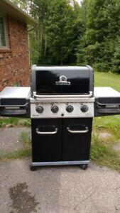 Broil King Regal BBQ. 4 burner. Propane. Cast iron grills.