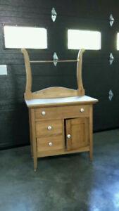 Bureau antique avec armoire, tiroirs et porte serviette