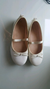 Brand new dress shoes for girls size 13 worn 1  selling for 30$