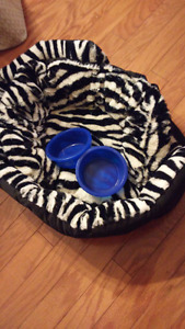 Brand new doggy bed+ 2 bowls