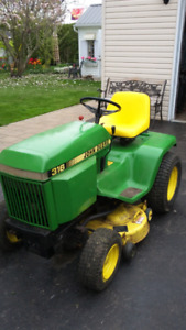 Tracteur John Deere modèle 316 avec table de 42 pouces