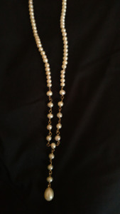 cultured pearl necklace with gold details/ collier perles + or