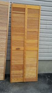 Bi-fold wood louver door