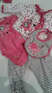 Lot pour bébé linge+ bain+ bumbo +coussin